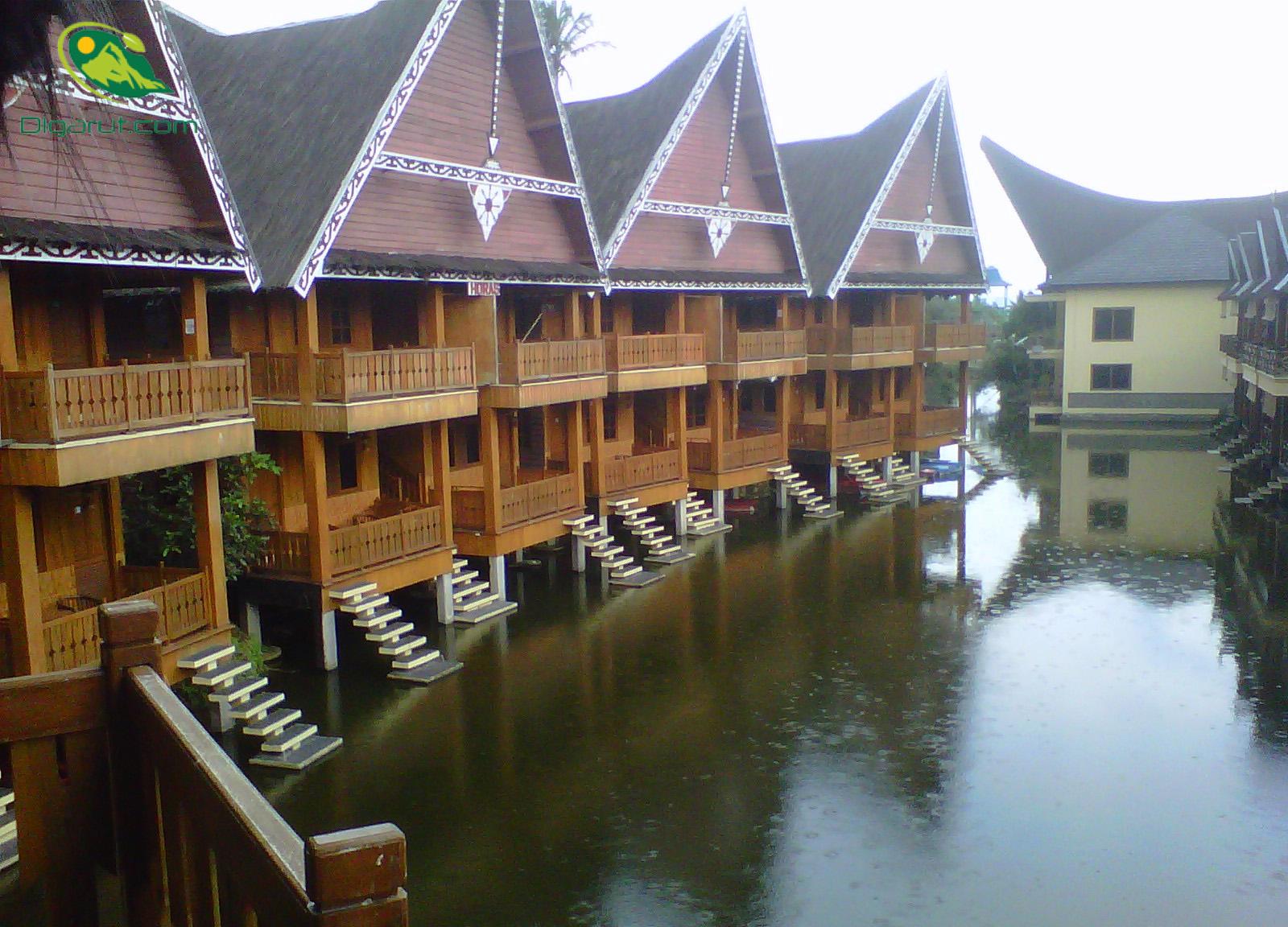 Nuansa Air Hijau Di Danau Dariza