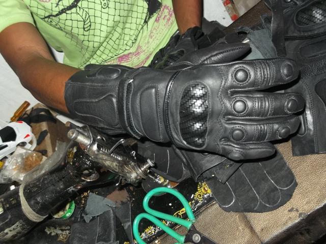 Pengrajin Sarung tangan motor kulit garut